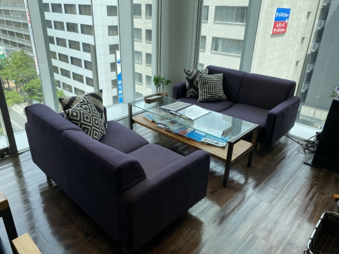 『kawara CAFE&DINING FORWARD(カワラカフェ アンド ダイニング フォワード)福岡パルコ店』大きな窓際のソファ席がおすすめ