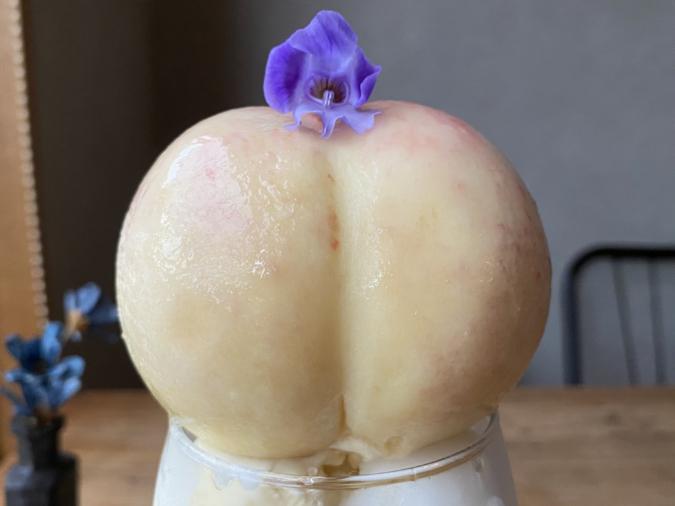 『coba cafeの白桃パフェ』はどーんと桃丸ごと