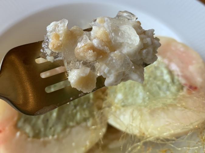 『bubude coffee(ブブデコーヒー)』のピスタチオピーチチーズ。下に敷かれているのは、自家製カタラーナ・生レアチーズケーキ・アーモンド入りクラッシュクッキー・レモンゼリー