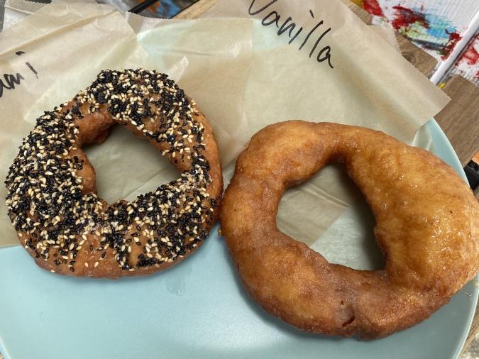 『Doughnuts Q(ドーナツキュー)』ごま、バニラグレーズ
