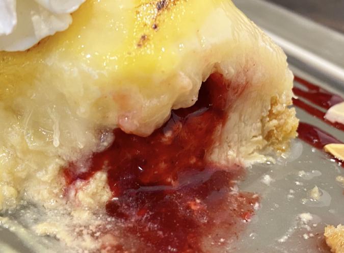 「cosaell coffee and cheese cake」の「桃とカスタードのチーズケーキサンド」。桃の中からはベリーソースが!