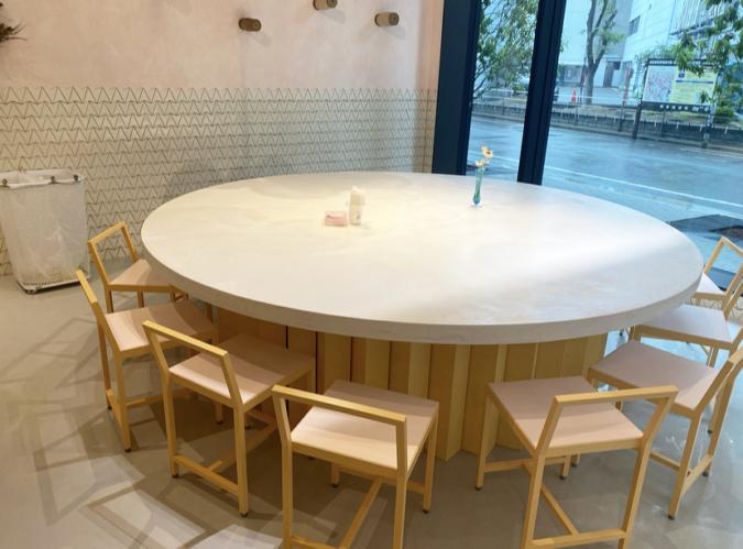 DACOMECCA(ダコメッカ) カフェスペースの大きなテーブル