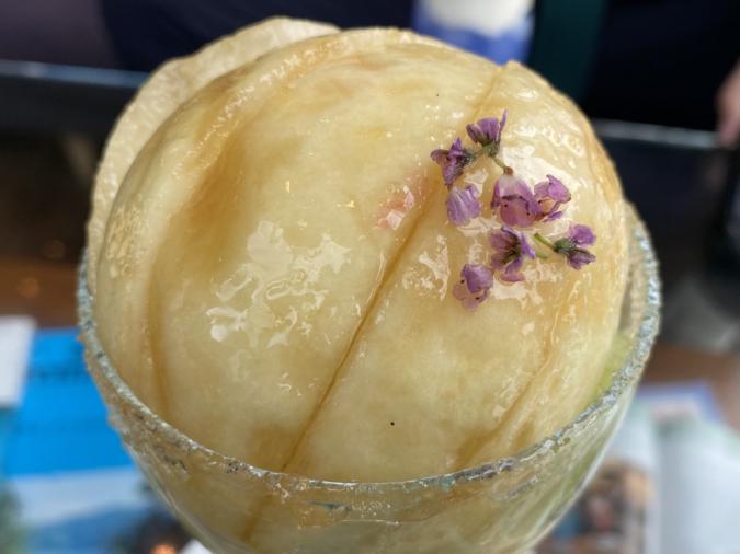 『kawara CAFE&DINING FORWARD福岡パルコ店』白桃と旬のフルーツを使った夏のわたパフェ。綿あめの中から、桃が登場