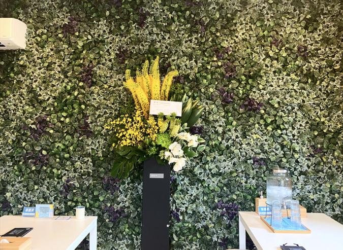 『ALOHA yanasan』の一面造花の壁