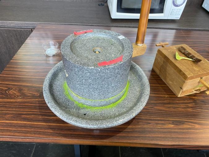「茶の文化館」抹茶挽き体験