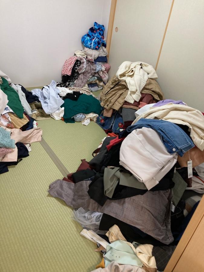 片付けのファーストステップ「1カ所に出す」。服が山積みに!