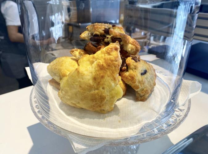 『Dopey Dopey cafe & afternoon tea』2種のスコーン