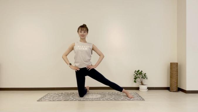 門のポーズ①膝立ちになり、左脚を横に伸ばす。右膝と左脚のかかとが一直線になるようにし、両手は腰に当てて骨盤の高さを揃える。