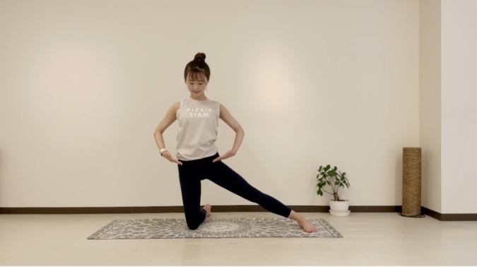 門のポーズ②重心が伸ばしている脚に乗りすぎないよう、右脚は骨盤の真下に膝がくるようにする。
