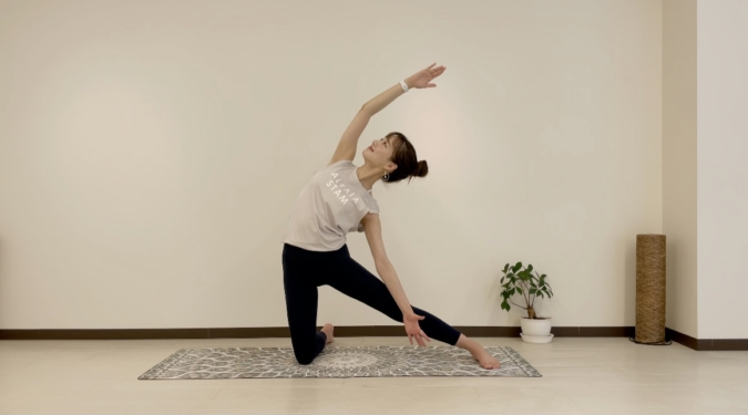 門のポーズ⑤腰に当てている左手は、伸ばしている左足の膝の上に添える。そのままぐーっと胸を広げ、3〜5呼吸キープする