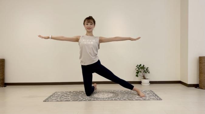 門のポーズ(ねじり)ゆっくりと上体を戻し、両腕を肩の高さに広げる。腰が反らないよう背筋を伸ばし、息を吸う。