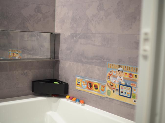 お風呂のおもちゃがスッキリ「マグネットバスルーム コーナーおもちゃラック タワー」