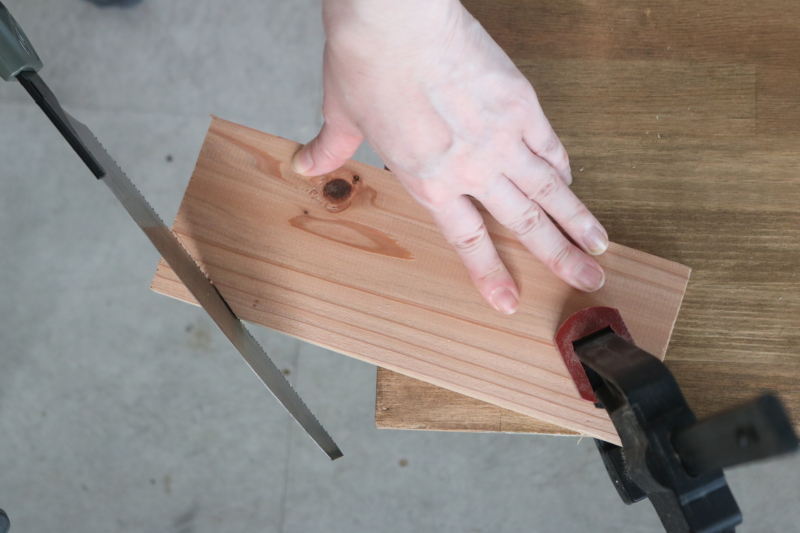杉材Ⓐの片側の角をのこぎりでお好みでカットする。
