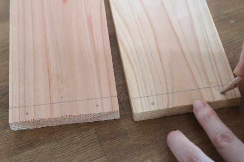 端の線の間に2か所ずつ、ビスを打つ位置を印付けする。
