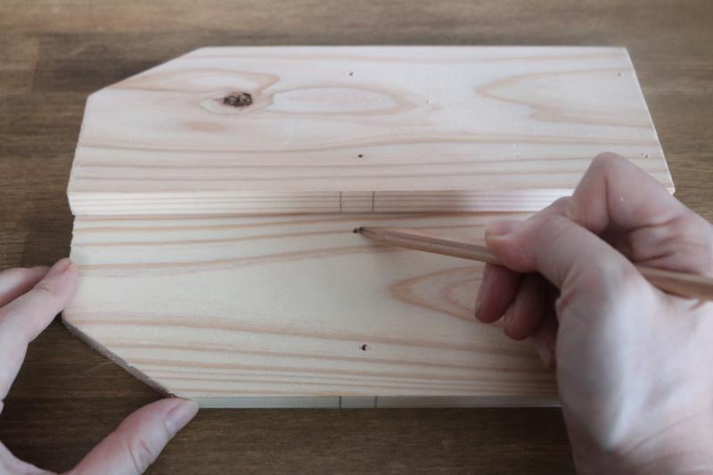 棚板の中心となる部分に2か所ずつビスを打つ位置を印付けする。