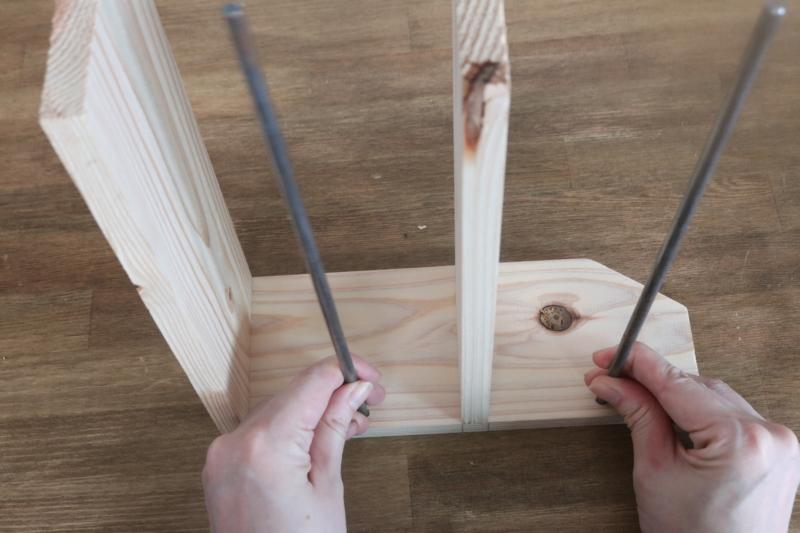 (7)の穴に丸鋼を挿し、