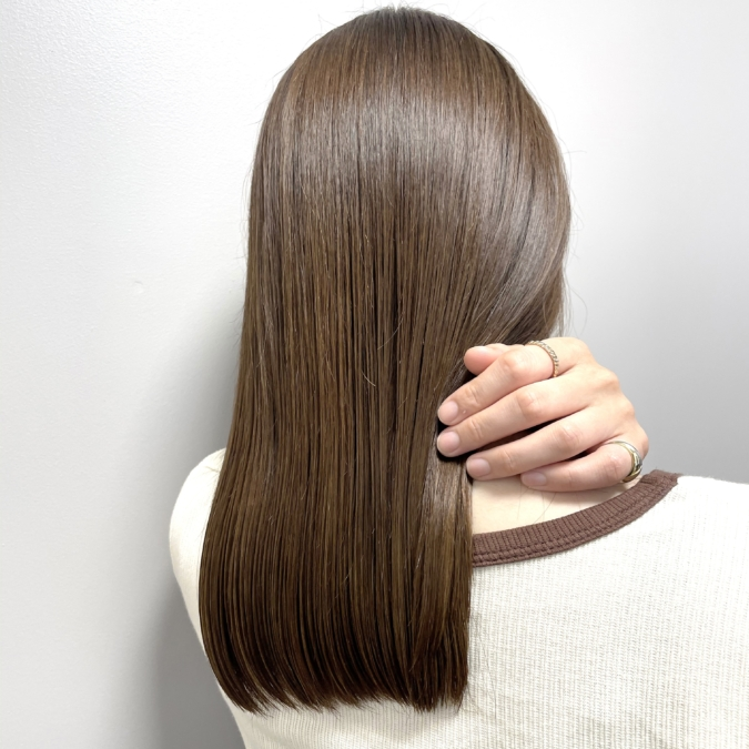 憧れのサラツヤ髪に!仕上げに「ツヤ出しスプレー」を馴染ませて