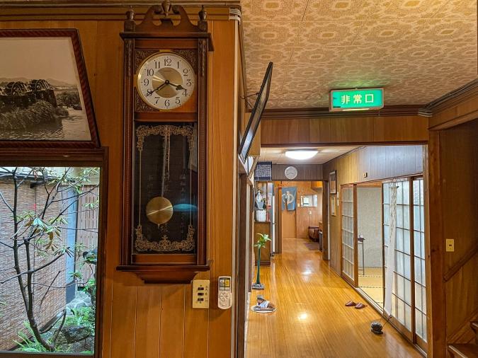 『お寺喫茶 楓』がある大日屋旅館の振り子時計