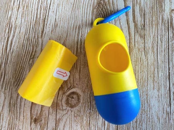 コンパクトに持ち運びできる!ダイソー「携帯ゴミ袋ケース キャラカラー」