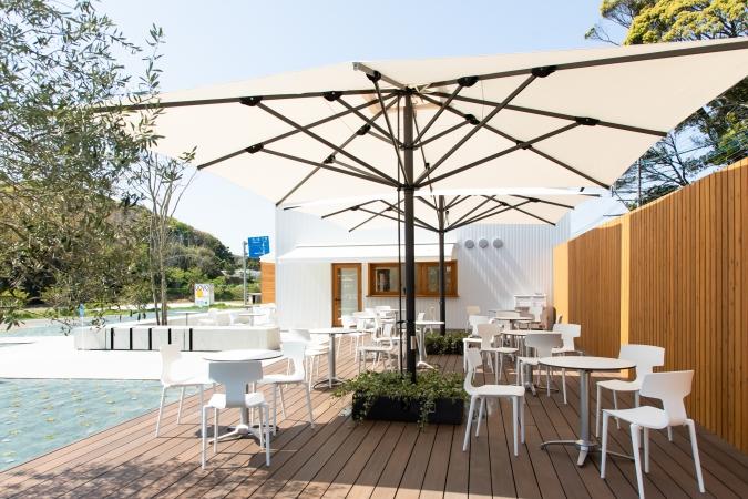 糸島ファームハウスUOVO(ウォーヴォ)  ウッドデッキのテラス席