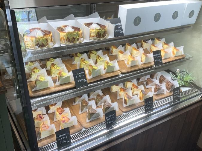 BOUTONNIERE(ブートニエール)ショーケースに並ぶチーズケーキ