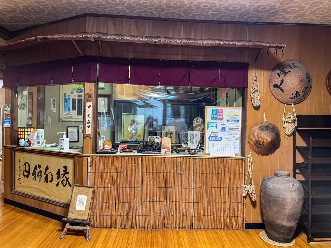 『お寺喫茶 楓』がある大日屋旅館の受付