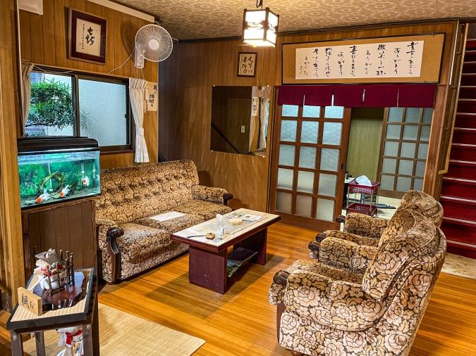 『お寺喫茶 楓』がある大日屋旅館の応接間