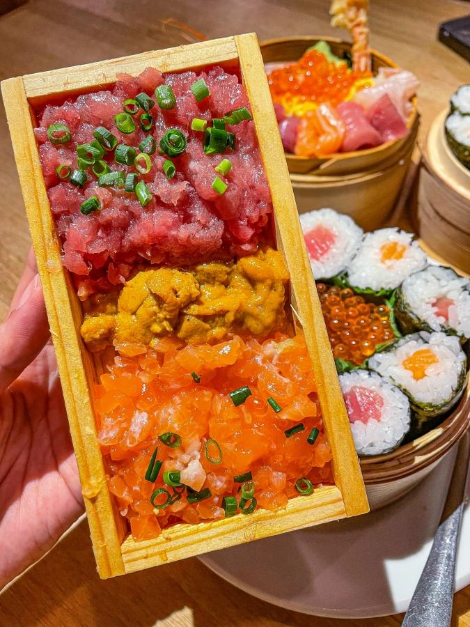 海風土(シーフード) 究極の海鮮丼の板にのったネタ