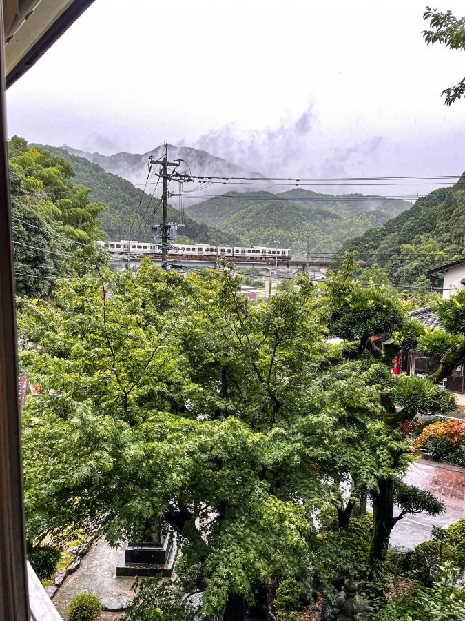 『お寺喫茶 楓』窓からの電車