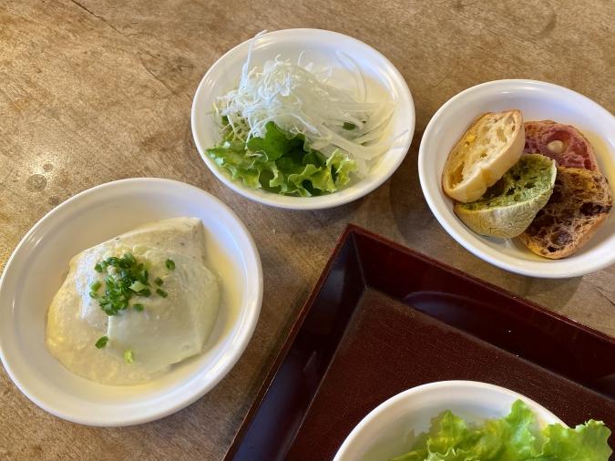 『五ヶ山豆腐』五ヶ山ダムカレー御膳のお豆腐・サラダ・パンはお替りOK