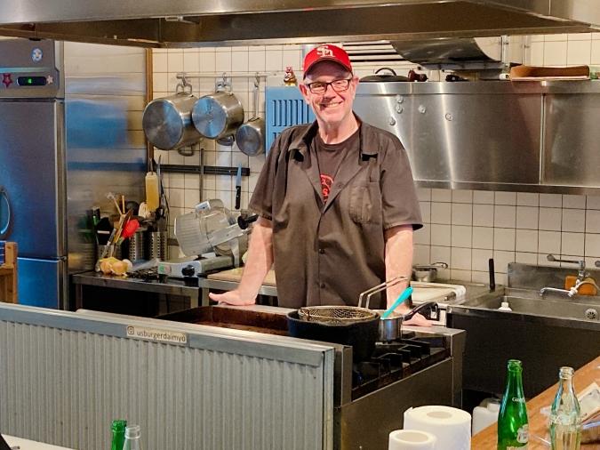 『U.S.burger(ユーエスバーガー)』店長のジムさん