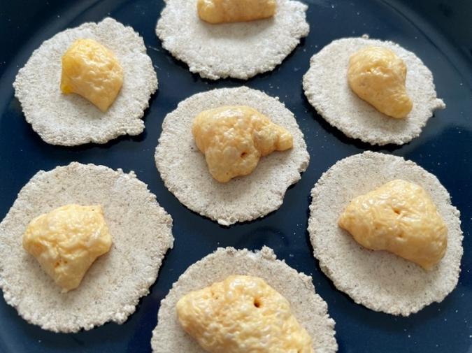 無印良品の『コオロギせんべい』にチーズをのせレンチン