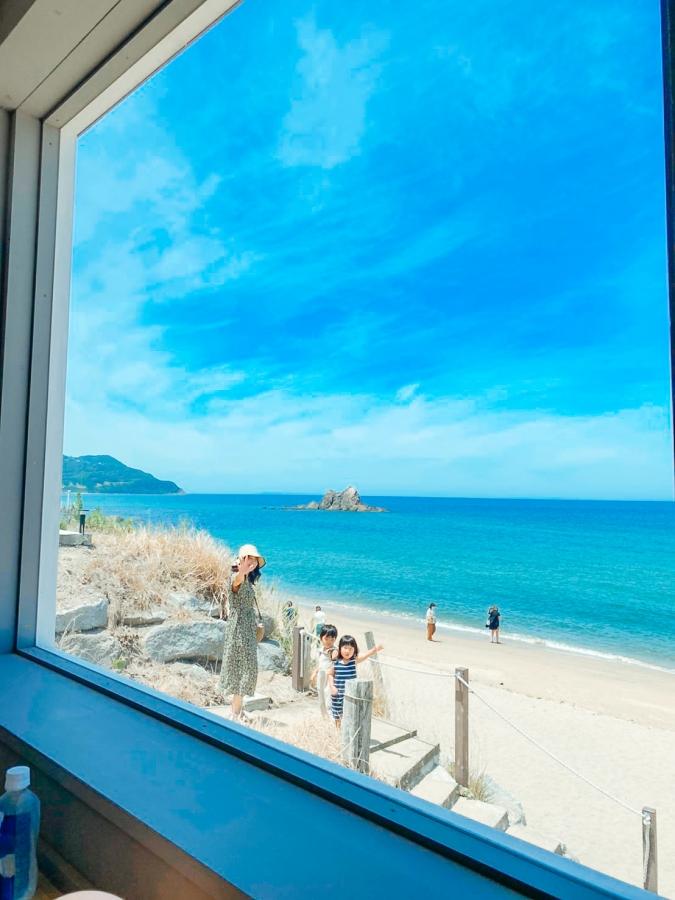 「絶景カフェ」テラスからは砂浜に降りられます