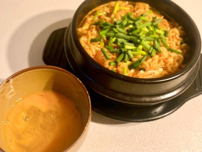 超簡単なのに超おいしい♡卵をつけて食べる「すき焼き風辛ラーメン」レシピ