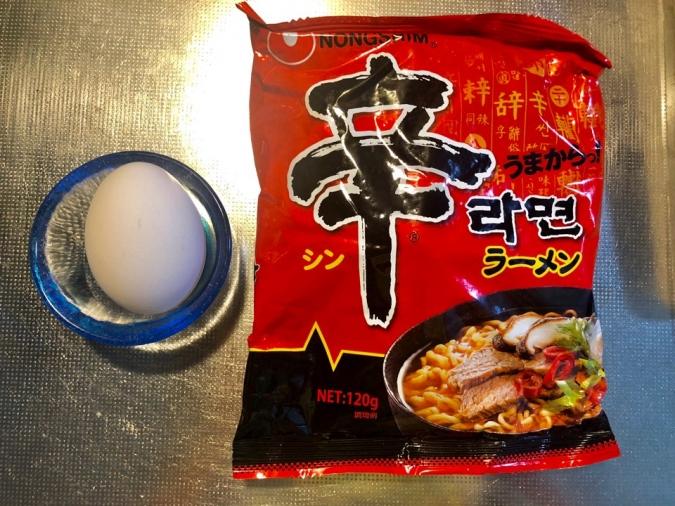 超簡単なのに超おいしい♡卵をつけて食べる「すき焼き風辛ラーメン」材料