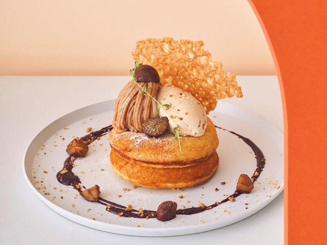 ビブリオテーク・モンブランとプラリネクリームのパンケーキ カシスソース