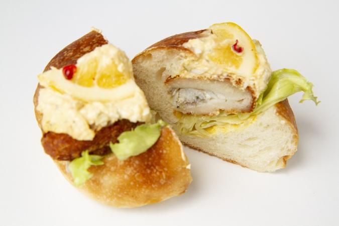 bakery ZOU(ベーカリー・ゾウ) 白身魚と手作りタルタルソースの丸パンサンド