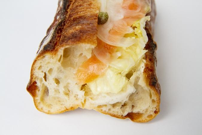 bakery ZOU(ベーカリー・ゾウ)『サーモンとクリームチーズのバゲットサンド』