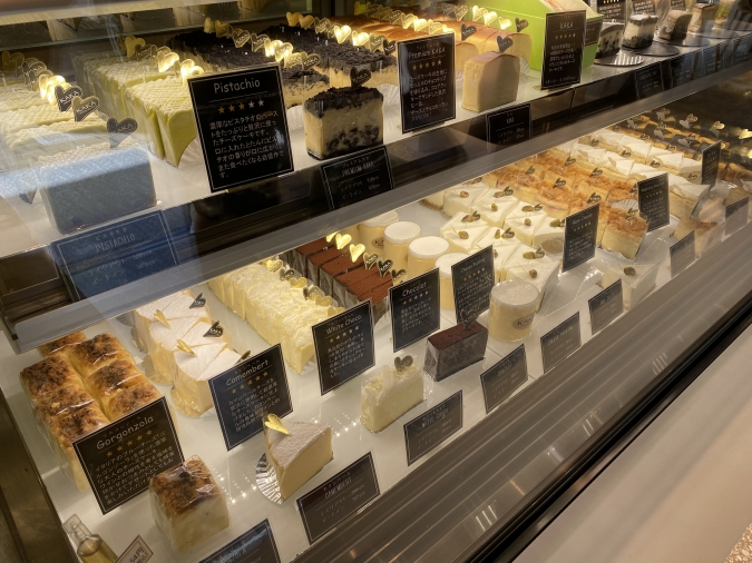 「KAKA桜坂店」ショーケースのチーズケーキ