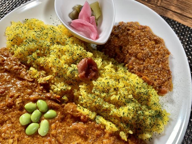 『curry&cafe 茶話(さわ)』欲張りダブルのご飯の上には梅干し