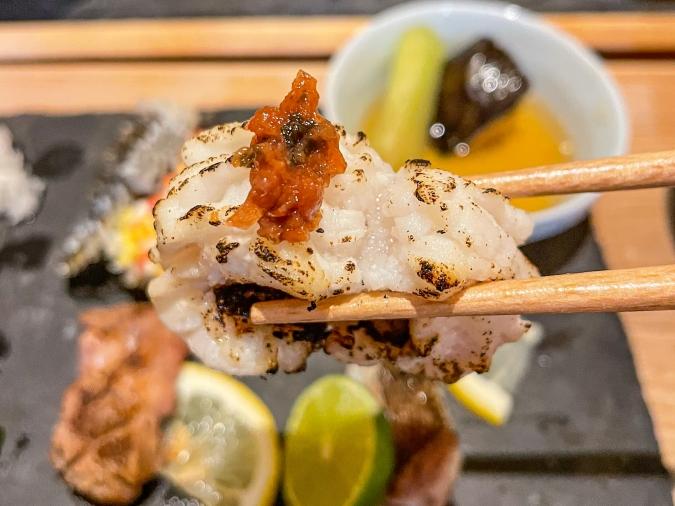 『炉ばた 髙』炙り手織り寿司・白身と梅肉