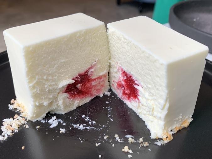 『LOVELESS COFFEE』レアチーズケーキ「白キューブ」