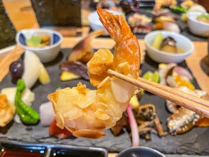 『炉ばた 髙』炙り手織り寿司・アーモンドの海老天