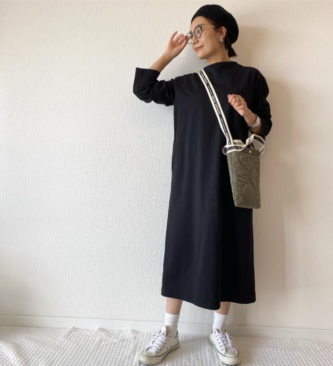 「黒ワンピース×靴下」で簡単こなれスタイル