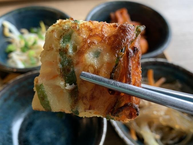 オッパ家 チーズキムチポックンパ定食の小鉢(チヂミ)