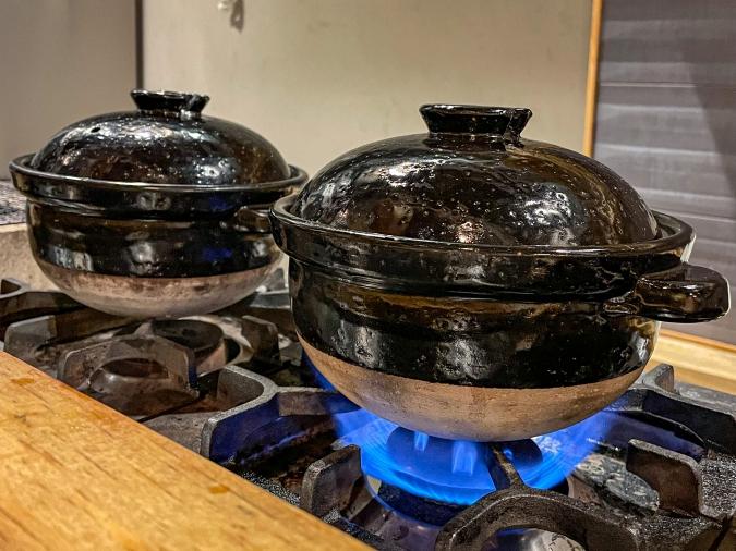 ご飯を土鍋で炊いている場面
