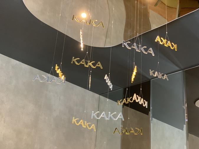 「KAKA桜坂店」天井から下がるモビール