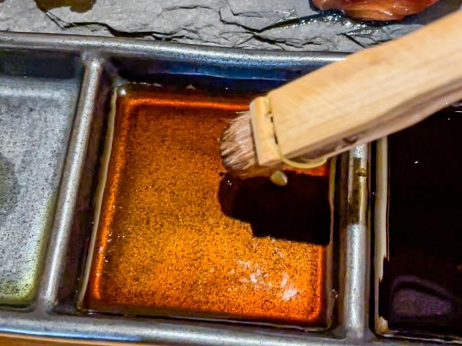 『炉ばた 髙』炙り手織り寿司・醤油はハケで塗れます