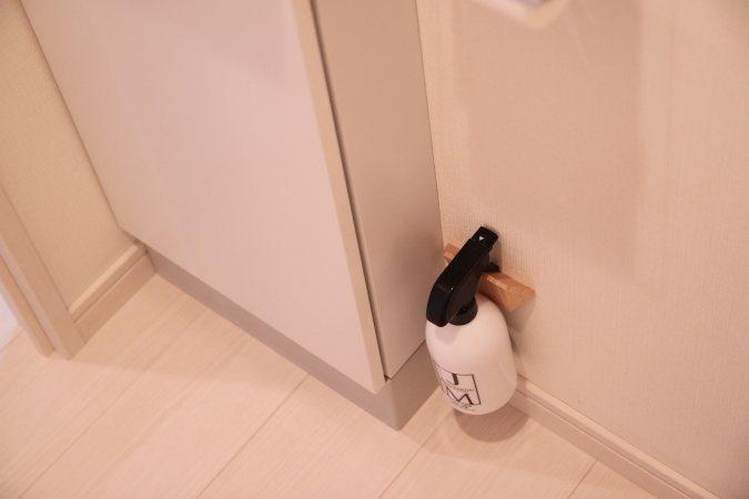 アルコール消毒液のボトルはフックに取り付けて浮かせる収納に