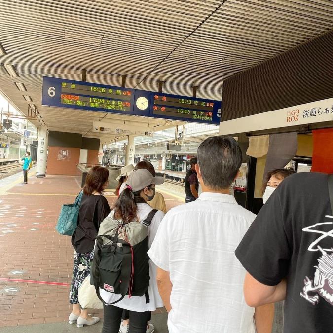 「明鏡志水」博多駅ホーム店舗時の行列
